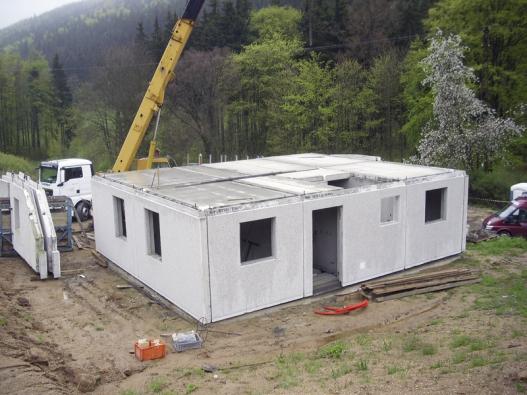 Oproti klasickým zděným domům mají montované stavby tenčí obvodové stěny, proto vevýsledku může být obytná plocha nastejné zastavěné ploše) odeset až patnáct procent větší.