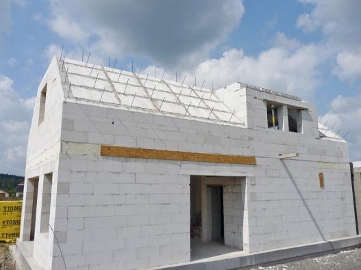 Se stavebním systémem Ytong postavíte celý dům odsklepa až postřechu, je možné postavit z něj dům bez zateplení, tj. v jednovrstvě. Díky jednoduché apřesné práci si tvárnice uříznete podle potřeby, odpad ze stavby je tudíž minimální anepotřebujete si lámat hlavu se speciálními tvarovkami. Centrum pasivního domu doporučuje tento materiál jako mimořádně vhodný pro výstavbu pasivních domů (XELLA).