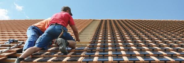 Dotašek se vkládají solární moduly svodiči ukrytými pod střechou (SOLARNITASKY.CZ).
