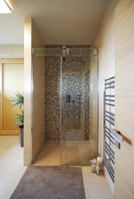 Sprchový kout sodtokovým žlabem, velkoformátovou dlažbou adecentní mozaikou působí jednoduše astylově čistě, obklad View (Atlas Concorde), 30,5 x 56 cm,  cena 1270 Kč/m2.