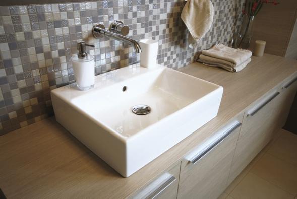 Část stěny nad umyvadlovými skříňkami je obložená  mozaikou (Onix),  cena 2700 Kč/m2.