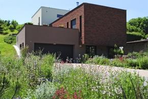 Zahradní kompozice z barevných trav