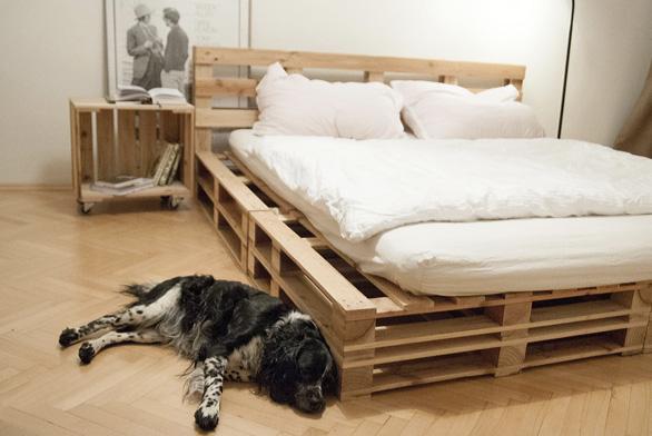 Prostorná postel pro dva (224×192×25 cm). Palety tu působí jako lamely, matrace se nepotí. K posteli se hodí pojízdný box jako noční odkládací stolek.