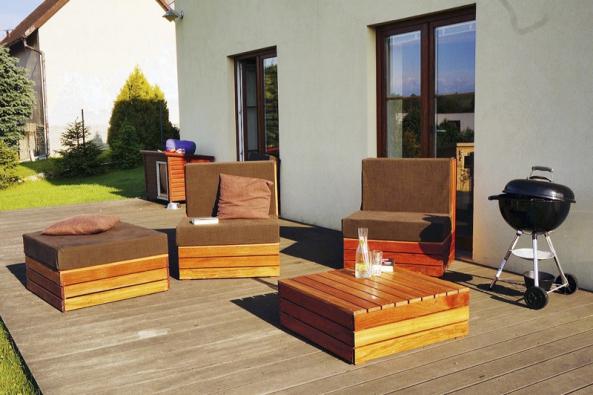 Pro venkovní nábytek z palet je třeba vybrat odolné dřevo.