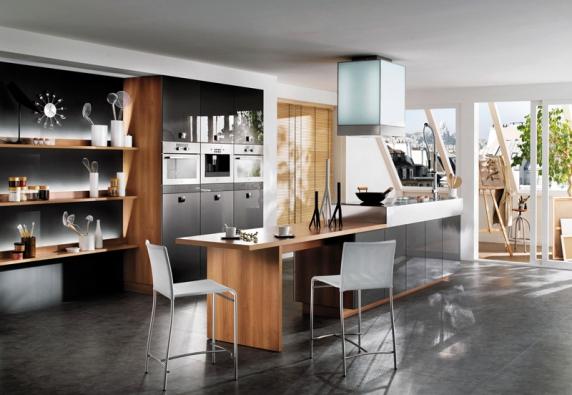 Elegantní kuchyňská sestava zřady Cyane (Mobalpa) svarným ajídelním ostrůvkem, povrch acrylic reflect vevysokém lesku, odstín antracit. Cena této kombinace od252000Kč.