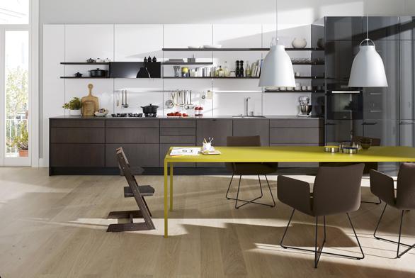 Kuchyň SE 4004E (Siematic), dvířka – kombinace dřeva vpovrchové úpravě břidlicový dub a laku vevysokém lesku. Pracovní deska je zkompozitního materiálu Merope Matt, cena sestavy od 1694000Kč.