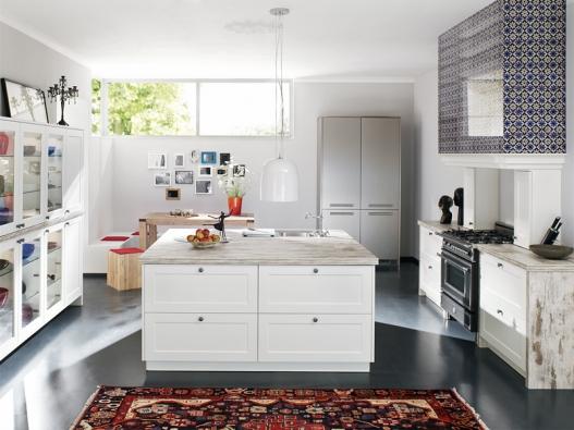 Kuchyň zřady XL 5150 (Ballerina) s bíle lakovanými rámovými dvířky a velkým varným ostrůvkem je pro ty, kdo rádi a hodně vaří. Je kombinována s řadou XL 4054 (vysoké skříně vzadu) vprovedení kovolaminát, barva nerez. Pracovní desky a boční obklady tvoří imitace postaršených fošen Old Cottage, odsavačová sestava má dekorativní skleněný obklad, vlevo prosklené skříně, cena zasestavu podle výbavy od179600Kč.