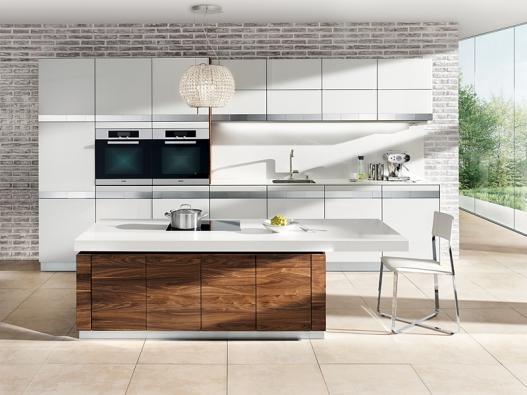 Kuchyňská sestava k7 (Team 7) vprovedení ořech, bílé sklo, ostrůvek smechanismem umožňujícím nastavit výšku pracovní desky, cena včetně tohoto mechanismu bez pracovní desky aspotřebičů 995000Kč.