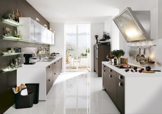 Kuchyň Manhattan (Nolte) vkombinaci africké wengé sbílou, praktické spojení polic arelingových systémů, řada světelných zdrojů, cena této sestavy bez spotřebičů, baterie adřezu 238500Kč.