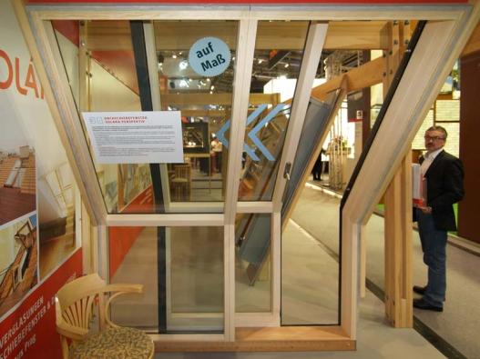 Zalomené posuvné střešní dveře Solara PERSPEKTIV na veletrhu BAU 2015 v Mnichově.