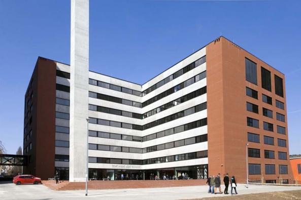 Občanské sdružení KRUH na rok 2015 připravilo již 15. přednáškový cyklus o architektuře. Od března do prosince se v Praze představí významné české i zahraniční architektky (Alena Šrámková).