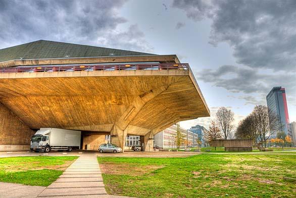 Občanské sdružení KRUH na rok 2015 připravilo již 15. přednáškový cyklus o architektuře. Od března do prosince se v Praze představí významné české i zahraniční architektky (Francine Houben).