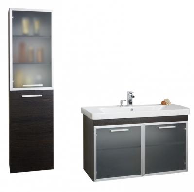 Koupelnová sestava vprovedení lamino, dekor černý dub, hliníkový rámeček, šířka 105 cm, cena kompletu 25 025 Kč, www.krajcar.cz.