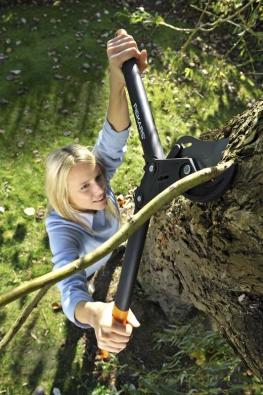 Jednočepelové nůžky na silné větve PowerStep™ L85 jsou vhodné pro všechny druhy střihání  v zahradě až do průměru větví 50 mm. Unikátní převod zvyšuje střižný výkon a rovnoměrně rozděluje sílu, kterou působíme na držadla tak, aby byla přibližně stejná v celém průběhu střihu. Patentovaná technologie umožňuje stříhat větve v jednom či více krocích. Usnadňuje práci mladým stejně jako seniorům tím, že eliminuje zátěž a únavu a zvyšuje tak pohodlí při práci. Nůžky jsou vyrobeny z polyamidu vyztuženého skelnými vlákny, jsou lehké a velmi pevné. Střižná čepel je z kvalitní CrMoV oceli, potažené vrstvou pro snížení tření.