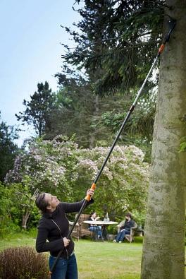 Nůžky na větve s upínacím systémem QuikFit a univerzální teleskopickou násadou. Kromě nůžek na větve na ni můžete nasadit velké množství nástrojů, např. pilku na větve, česáček na ovoce nebo čistič okapů.