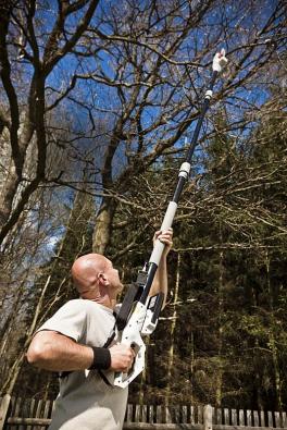 Elektrický prořezávač větví EAS 750 F vám pomůže zbavit koruny stromů zbytečných větví, a to i bez žebříku. Teleskopická násada se dostane až do výšky 4,5 metru, kvalitní řez zajistí lišta renomované značky Oregon. Hmotnost zařízení je pouhých 3,4 kg, záruka 7 let.