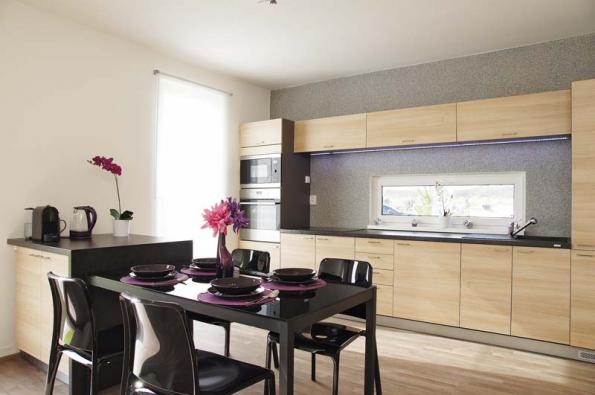 Jídelna, přímo napojená nakuchyňskou linku, tvoří – vduchu současných trendů – předěl mezi kuchyní asezením vobývacím pokoji.