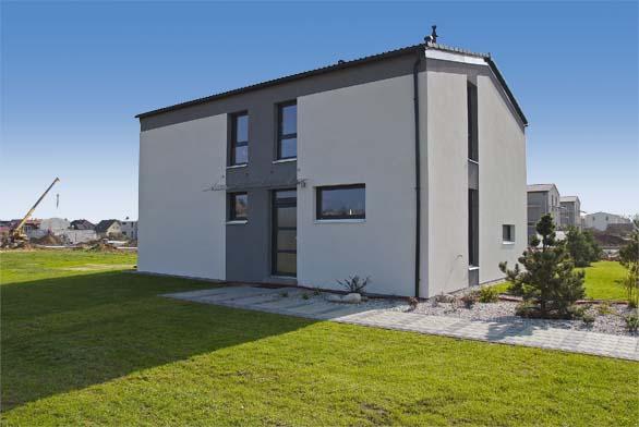 Kombinace horizontálních avertikálních oken dává  jednoduchému domu dynamický vzhled. Vzorový dům má střízlivé minimalistické fasády, spoužitím jiných materiálů  abarev však může dům získat jiný ráz. Projekt je tedy variabilní, přizpůsobí se městskému ivenkovskému prostředí.