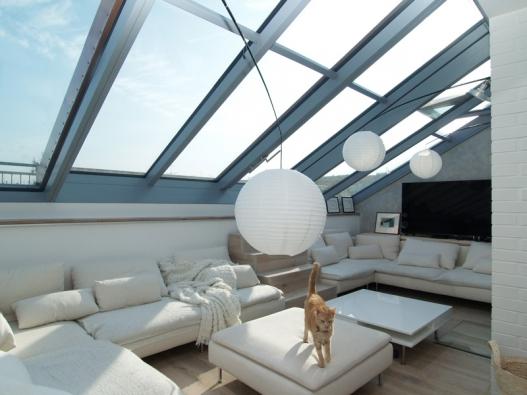 Posuvné střešní prosklení Solara PRESPEKTIV propojuje podkroví s okolním světem nad střechami a otevírá prostor jedinečným způsobem.