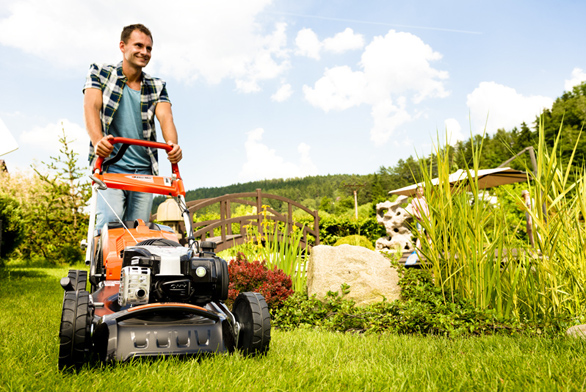 Při výběru sekačky na pravidelnou údržbu okrasného trávníku máme na výběr především mezi benzínovou rotační sekačkou a elektrickou rotační sekačkou.
