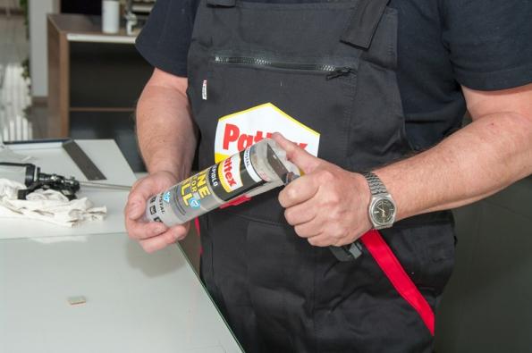 Odřízněte ústí kartuše a našroubujte trysku, vložte do montážní pistole. Když načínáte kartuši, je vhodné první kousek lepidla vytlačit na hadřík. Následně můžete začít aplikovat.