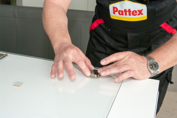 Pant přiložte na označené místo a přitlačte. Skleněná dvířka otočte, zkontrolujte pohledem přes sklo a vytlačte případné bublinky. Nechte nejlépe 48 h vytvrdnout.