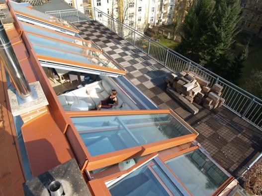 Posuvná střešní okna Solara PERSPEKTIV kombinují pevné prosklení a do strany odsuvná křídla.