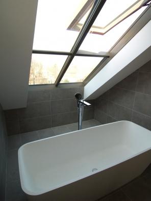 Střešní prosklení Solara jsou díky perfektní povrchové úpravě dřeva vhodná i do koupelen.