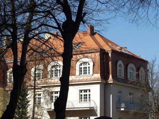 Střešní prosklení Solara HISTORIK na vile v Dejvicích, vnější oplechování ladíme s krytinou střechy.