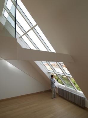 Střešní ateliérové prosklení Solara VARIATIK přes dvě poschodí mezonetového bytu na Vinohradech.