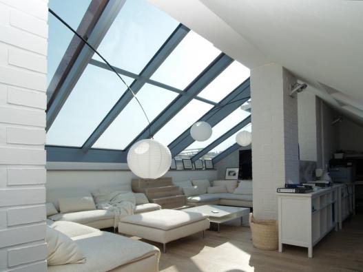 Posuvná střešní prosklení Solara PERSPEKTIV dodávají podkroví hodnotou prosvětleného a otevřeného moderního bydlení.