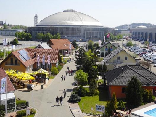 VBrně můžete navštívit jak centrum Eden, které je vpřímém sousedství brněnského výstaviště (nahoře), tak ivzorový dům Canaba Uno (vpravo) vměstské části Přízřenice.