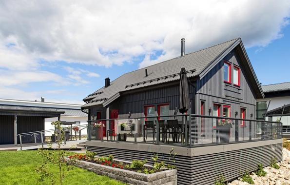 Ukázka zdeveloperské vesničky vefinském městě Jynäskylä. Konstrukčním materiálem domů je z90% dřevo alesklá ocelová střešní krytina. Solární kolektory nastřechách atepelná čerpadla vzemi jsou standardem,  www.asuntomessut.fi.