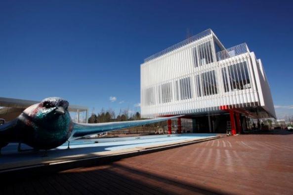 Střízlivě elegantní budova českého národního pavilonu má modulární montovanou konstrukci (systém KOMA Modular) a je recyklovatelná.  Vnitřní prostor  je přirozeně ochlazován vodní plochou a prouděním vzduchu, veškerou energii získává zobnovitelných zdrojů a má nulovou ekologickou stopu.