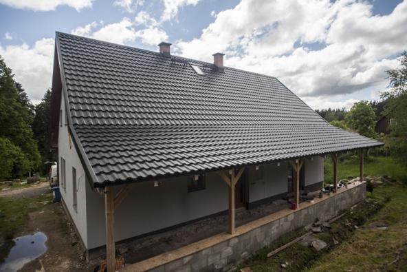 Častěji než ve Skandinávii u nás můžete na střechách vidět ocelové krytiny imitující tradiční taškové krytina. Zde Ruukki Finnera imitující taškovou krytinu.