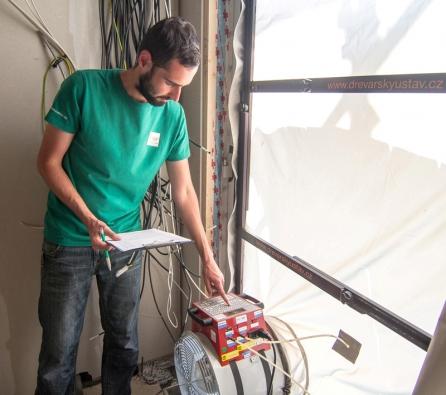 Blower Door test – měření průvzdušnosti obálky budovy auditorem Dřevařského ústavu.