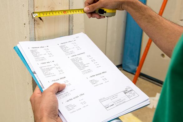 Kontrola rozměrů prvků a kvality stavebních materiálů.