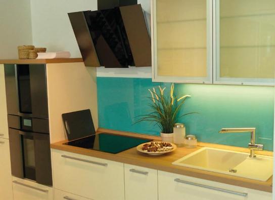 Neopomenutelnou předností, kterou skleněné obklady kuchyně přináší, je rychlá, jednoduchá a čistá montáž.
