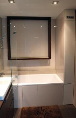 Použití skleněných obkladů v koupelnách, spolu se skleněnými zástěnami sprchových koutu, tvoří materiálovou vyváženost a ucelenost.