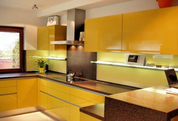 Skleněné obklady do kuchyně elegantně zdobí ty interiéry, ve kterých jejich majitelé kladou důraz na vysokou praktičnost a dokonalý design.