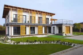 Architektonický výraz domu je založen na kontrastu  hladké omítky, smrkového dřeva  a kovu, část fasády oživuje kamenný páskový obklad. Zajímavým a velmi praktickým prvkem jsou posuvné žaluzie z dřevěných lamel.