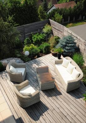 """Vzadní části zahrady je možné posedět v""""obýváku pod širým nebem""""."""