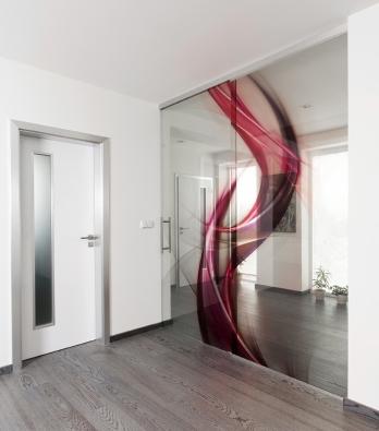 Výrazného efektu vinteriéru dosáhnete  posuvnými dveřmi využívajícími unikátní interiérový systém celoskleněných prvků se zalaminovaným digitálním tiskem nebo textiliemi – tzv. grafosklo (J.A.P ).