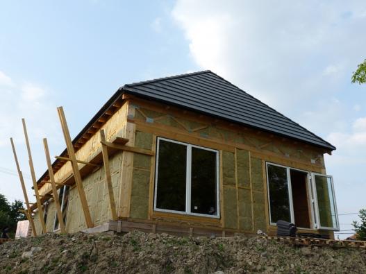 Základ stavby tvoří dřevěný skelet, jehož venkovní strana je osazena deskami DHF, vnitřní stěna pak deskami OSB.