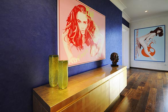 Perlata® je ušlechtilý povrch s jemným perleťovým leskem, který vynikne ve dne  i působením umělého osvětlení. Společnost Luxusní povrchy Němec jej dodává ve světlém i barevném provedení.
