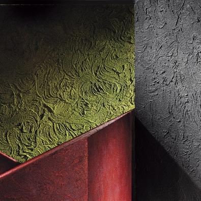 Italská společnost Oikos vyvinula řadu ekologických stěrkových hmot, které využívají recyklovaný odpad z průmyslové výroby, například železitý  či kamenný prach. To  dodává povrchové úpravě unikátní metalický vzhled  i velkou pevnost a odolnost. Na obrázku je dekor  Vibrace symbolizující dynamiku přírody.