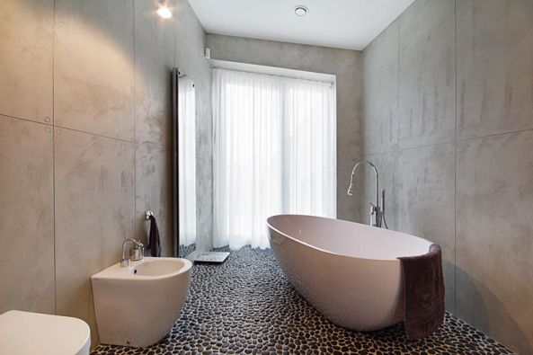 Epoxidová stěrka Betonepox má vzhled  a tvrdost betonu a odolává i přímému styku  s vodou. Ideální volba do moderní koupelny.