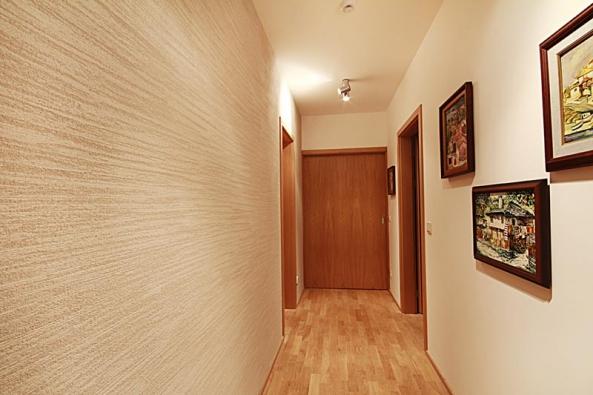 Hlazená omítka Travertine propůjčí stěně bytu porézní vrásnitou strukturu i barevnost charakteristickou pro přírodní kámen travertin (Luxusní povrchy Němec).
