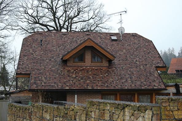 Bardoline Pro Opera je lehký samolepicí šindel zoxidovaného asfaltu skeramizovaným posypem. Krytina je vhodná pro střešní konstrukce se sklonem 20°–85° (ONDULINE).