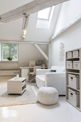 Podkrovní dětský pokoj má díky bílé barvě a prostoru otevřenému do výšky vzdušný ráz. Praktický omyvatelný nábytek i pohovku se snímatelným potahem koupila Jitka Kolaříková v Ikea.